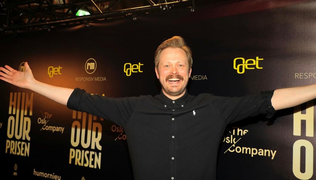 <strong>DELER UT PRIS:</strong> Einar Tørnquist viser hvor mye han gleder seg. Foto: Tor Lindseth / Se og Hør