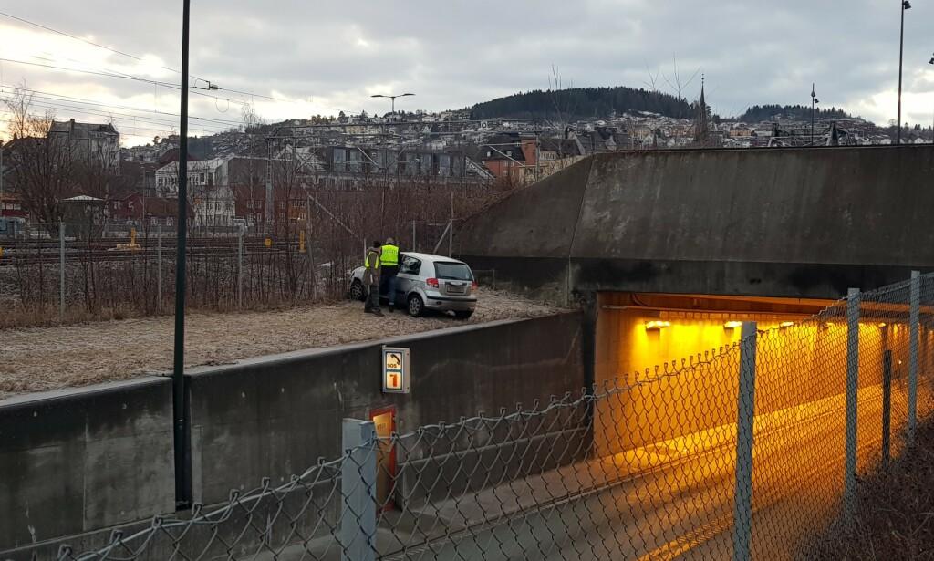 HER ENDTE FERDEN: En person er fraktet til akuttmottaket på St. Olavs hospital etter en trafikkulykke i Trondheim lørdag ettermiddag. Foto: Bertil Lernæs