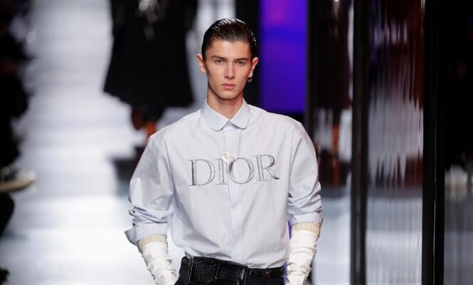 KUL KIS: Prinsen viste frem en skjorte med merkenavnet skrevet på brystet. Foto: NTB scanpix