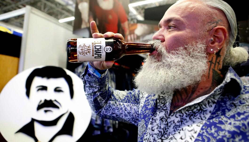 <strong>ØL:</strong> En mann drikker ølet «El Chapo», som er en del av «El Chapo 701»-merket, som også lager klær og smykker. Foto: Ulises Ruiz / AFP / NTB Scanpix