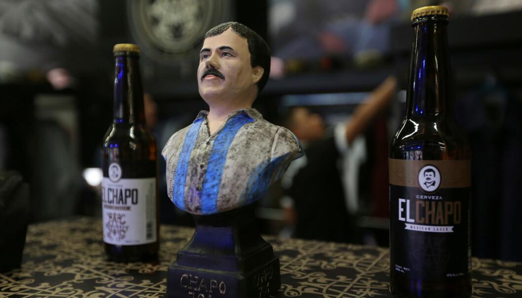 <strong>FLASKENE:</strong> En byste av Joaquin Guzman, stilt ut sammen med to «El Chapo»-flasker. Foto: REUTERS/Fernando Carranza