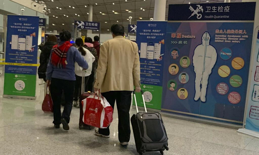 Kinesiske myndigheter har trappet opp helsekontrollene på blant annet flyplassen i Beijing i forbindelse med det nye viruset. Foto: Ng Han Guan / AP / NTB scanpix