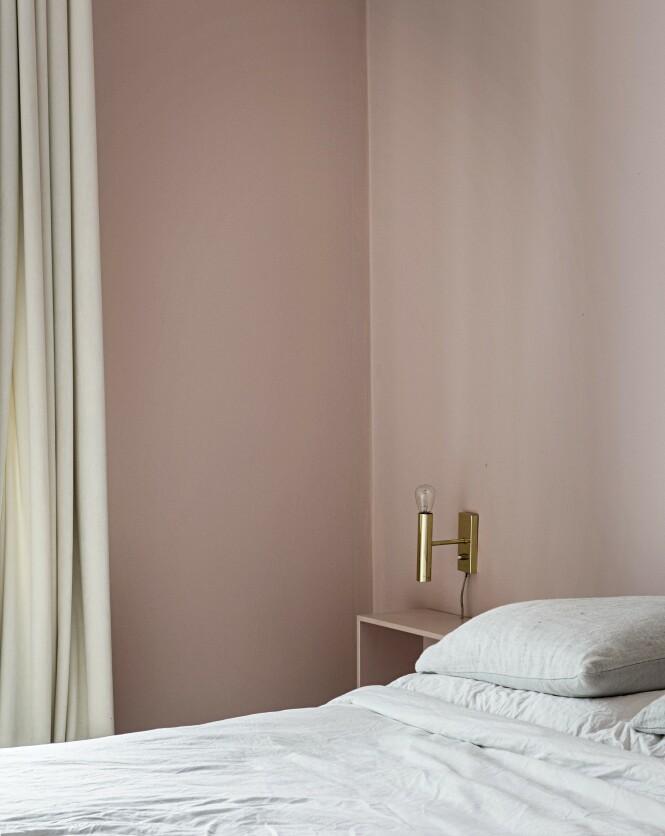 Nattbordet har Anna laget av en liten bokkasse som hun har malt i samme farge som veggen, så den glir inn som en elegant detalj. FOTO: Peter Kragballe