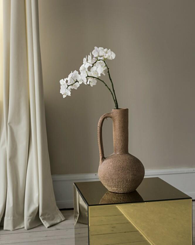 En rustikk leirkrukke er en av de få utvalgte tingene som får stå framme. FOTO: Peter Kragballe
