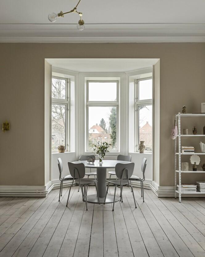 Det runde bordet er som skapt til dette karnappet, der det er fin utsikt over Helsingør og ut mot Øresund. Tips! Ved å male bord og stoler i samme farge, slik det er gjort her, glir de elegant inn i helheten. FOTO: Peter Kragballe