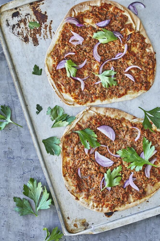 Lahmacun er en tyrkisk matrett, kjent som tyrkisk pizza, og består av en rund, tynn deig i bunnen, med kjøttdeig og ulike grønnsaker på toppen. Det er vanlig at den rulles sammen før den spises. Tips! Sausen kan lages med karbonadedeig, hvis du ikke får tak i lammekjøttdeig. FOTO: Winnie Methmann