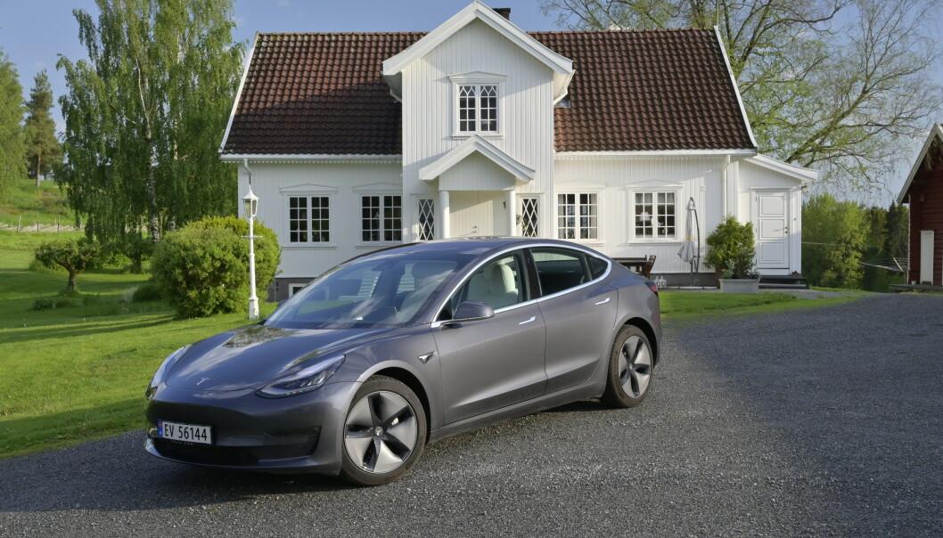 <strong>LADER HUSET:</strong> Telsa Model 3 kan gi strøm til huset. Foto: Rune M. Nesheim