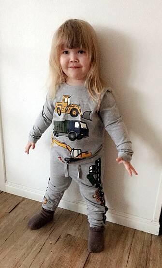 FORNØYD: Simones datter elsker klær med gravemaskiner og bilder på. FOTO: Privat