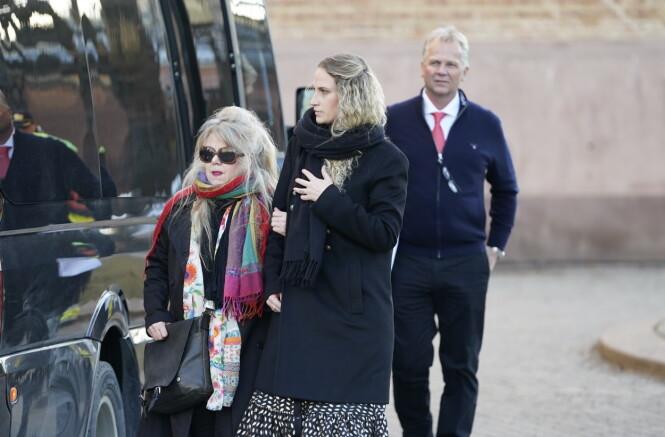 BEGRAVELSE: Ebba Rysst Heilmann ankom bisettelsen av Ari Behn i Oslo domkirke med Aris tante Ada Behn. FOTO: Heiko Junge / NTB scanpix