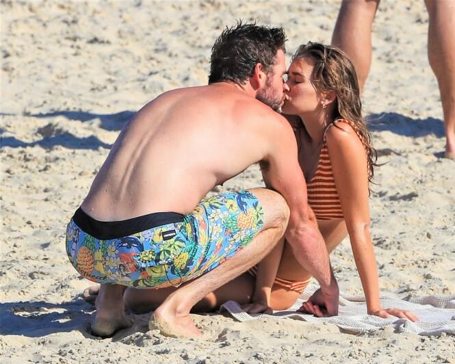 ROMANTISK: Liam Hemsworth og Gabriella Brooks nøt hverandres selskap på stranda i Byron Bay. Foto: Splash News/ NTB Scanpix