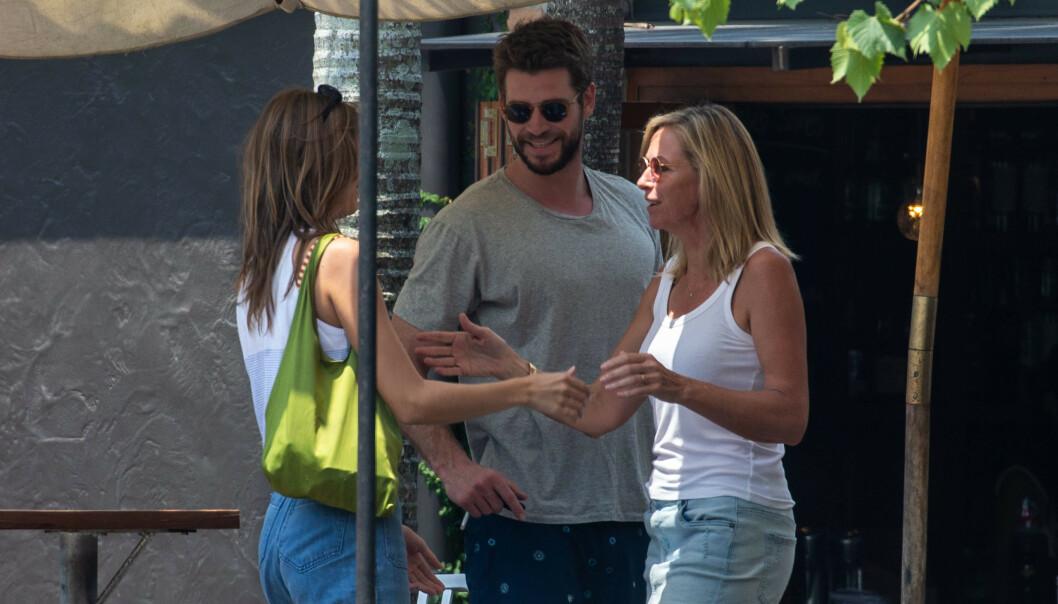LUNSJ: Liam Hemsworth introduserte modellen Gabrielle Brooks til foreldrene sine i desember. Her sammen med moren hans. Foto: Splash News/NTB scanpix