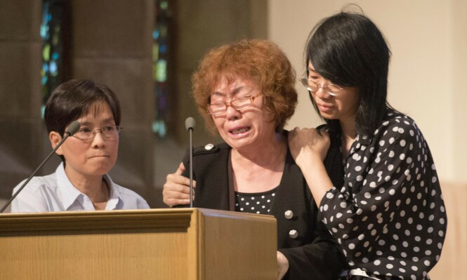 PREGET: Jun Lins mor Zhigui Du (midten) under minnemarkeringen i juli 2012. FOTO: NTB scanpix