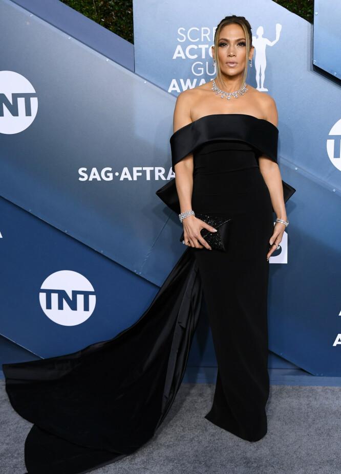 SLÅENDE VAKKER: J-Los tilbehør sørget for at hun strålte litt ekstra da hun ankom SAG – som forøvrig står for Screen Actors Guild – Awards denne uken. FOTO: Scanpix