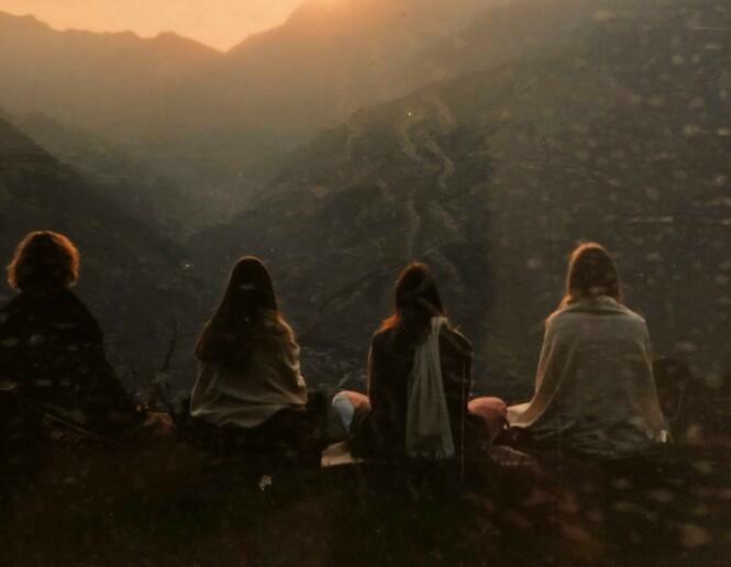 MEDITASJON: Hverdagen i India bestod stort sett av meditasjon, forelesninger og samtaler rundt eksistensielle spørsmål. FOTO: Privat