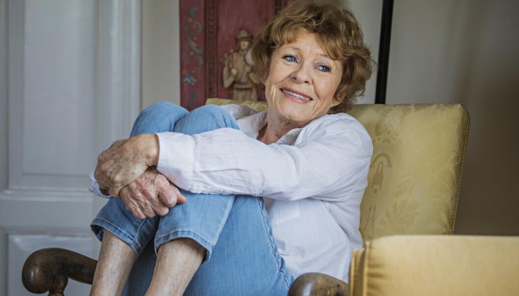 <strong>VIL VÆRE OPPDATERT:</strong> Skuespiller Kari Simonsen (82) er avhengig av e-post og bruker sosiale medier. Hun ser fortsatt Dagsnytt 18 på lineær tv, men ser mer tv på nett nå enn før. Foto: Jørn H. Moen / Dagbladet