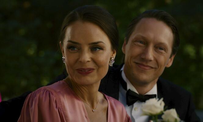 TURBULENT: Ekteskapet mellom Hermine (Agnes Kittelsen) og Adam (Simon J. Berger) er turbulent i serien. Foto: Freemantle / NRK