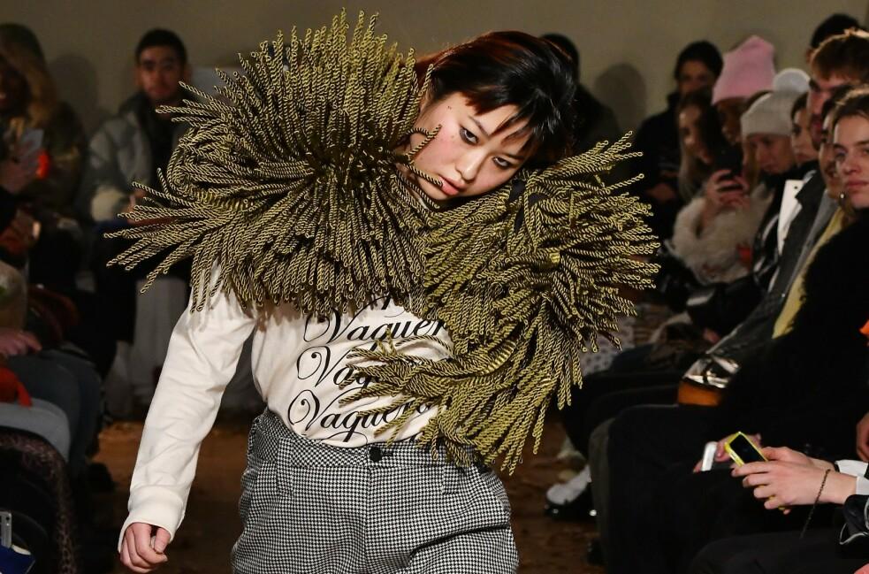 UNIK: Natsumi Takahashi fikk publikum til å sperre opp øyene da hun gikk nedover catwalken. FOTO: Scanpix
