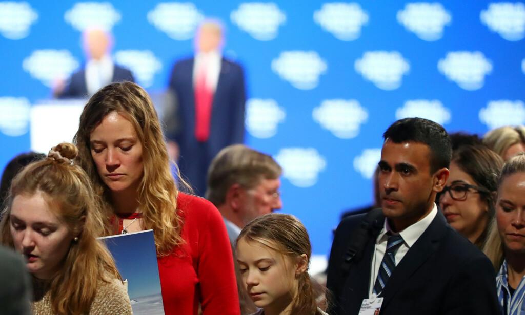 MØTEPLASS: Mens verdensledere og store profiler som Donald Trump (i bakgrunnen) og den svenske klimaaktivisten Greta Thunberg får mest oppmerksomhet i media under toppmøtet i Davos, er det samtidig et enormt antall toppsjefer i store internasjonale selskaper som møtes i alpelandsbyen. Foto: Denis Balibouse / Reuters / NTB Scanpix