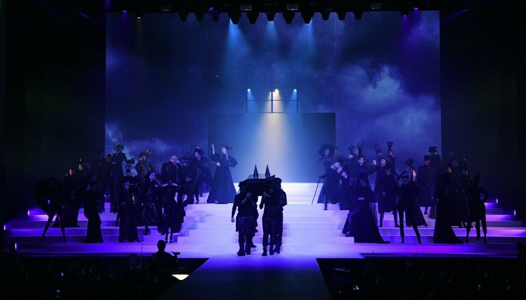 DRAMATISK: En kiste ble båret inn på scenen, og ut kom en modell ikledd en helt hvit kjole. FOTO: NTB Scanpix