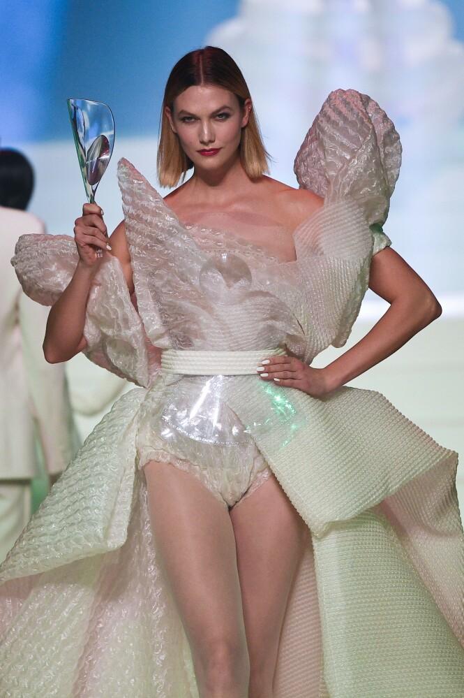 TØFF: Den tidligere Vicotria's secret modellen hadde på seg en kjole med store puffermer og et håndholdt forstørrelsesglass. FOTO: NTB Scanpix.