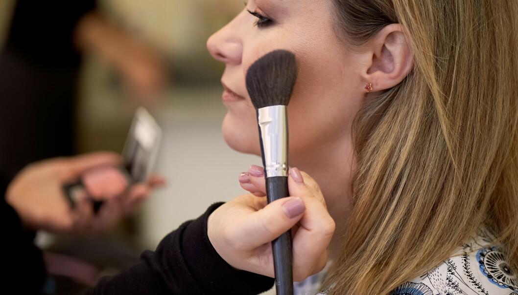 ROUGE: Mange bruker en rouge i pudderform, men ifølge makeupartisten bør kvinner med voksen hud heller gå for en kremvariant, da den legger seg mye finere på huden. FOTO: NTB Scanpix