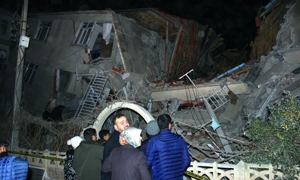 Denne bygningen er en av flere som raste sammen i byen Elazig i Tyrkia da jordskjelvet rammet området fredag kveld. Foto: AP / NTB scanpix