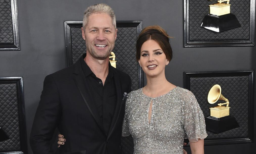 KJÆRESTER: Lana Del Rey og Sean Larkin kom sammen på den røde løperen. Det har lenge eksistert spekulasjoner om at de to er i et forhold, men nå er det altså bekreftet. Foto: NTB scanpix