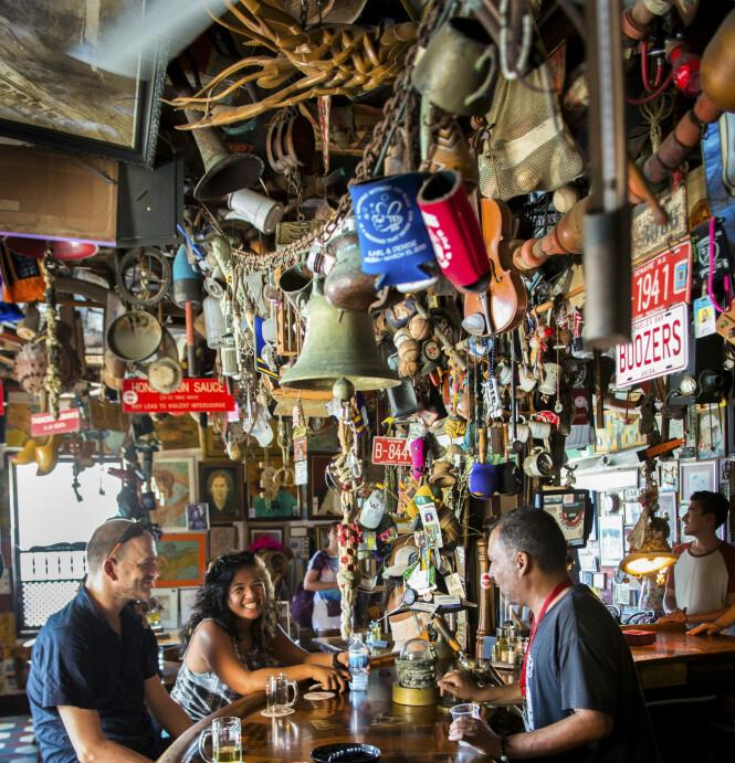 <strong>GAMMEL BAR:</strong> Charlies Bar i San Nicolaas åpnet i 1941 og drives av tredje generasjon. Lokalet er som et museum, med hundrevis av bilder og suvenirer på veggene. FOTO: Jörgen Ulvsgärd/TT