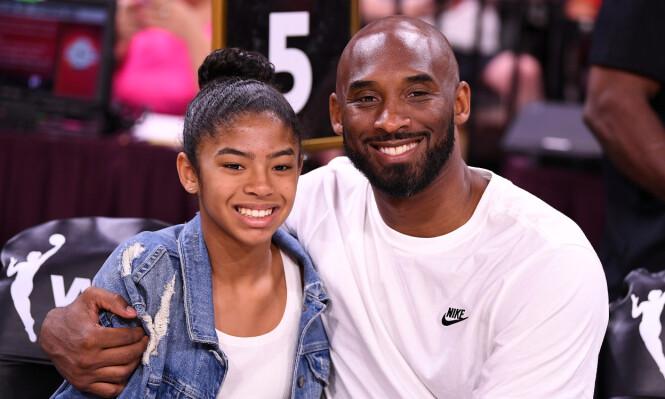 FAMILIEKJÆR: Kona og døtrene betydde alt for Kobe Bryant. Her med datteren Gianna under en basketkamp sommeren 2019. Også hun mistet livet i helikopterulykken. FOTO: NTB scanpix