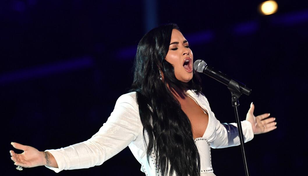 <strong>OVERVUNNET:</strong> Lovato måtte ta en pause i framføringen, fordi følelsene kom strømmende på. Foto: NTB scanpix