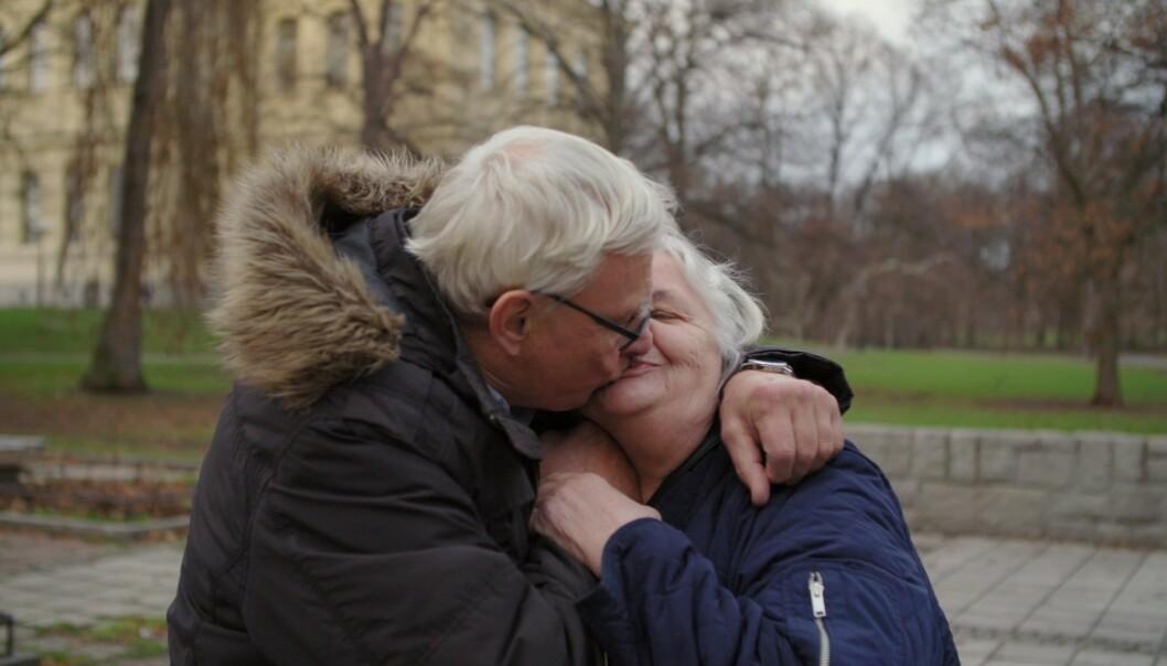 FORELSKET: Det er liten tvil om at a det har oppstått kjærlighet mellom de to. Foto: Viafree/Viaplay