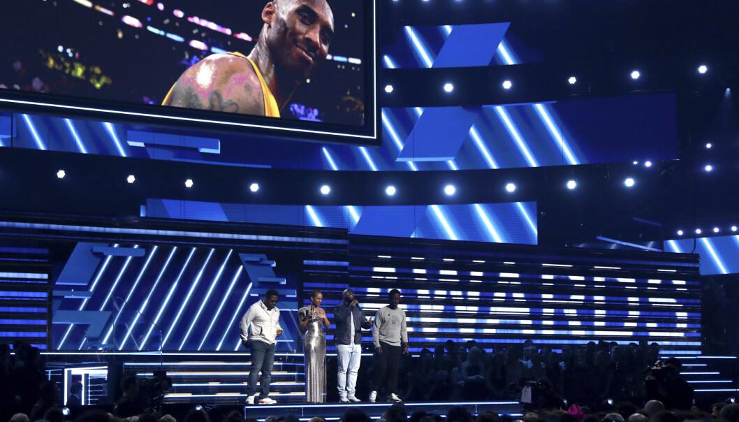 <strong>TRAGISK:</strong> Alicia Keys og medlemmene av Boys II Men, Nathan Morris, Wanya Morris and Shawn Stockman utfører «It's So Hard to Say Goodbye to Yesterday» for å hedre Kobe Bryant. Foto: NTB Scanpix