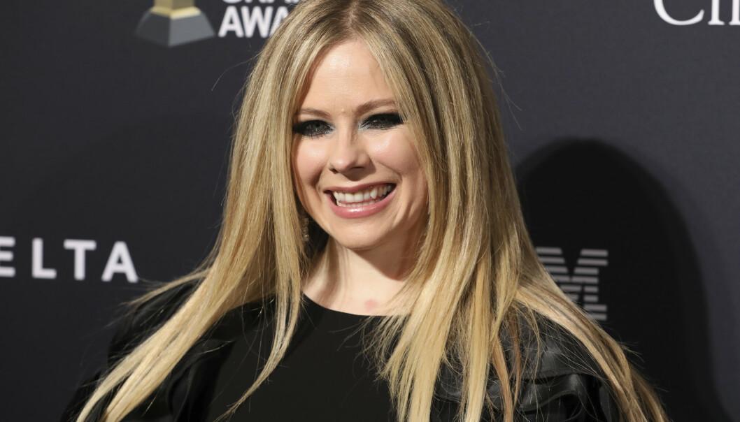 LYKKELIG: Her er Avril Lavigne på den røde løperen under en førfest av Grammy Awards på Beverly Hills hotell lørdag. Hennes nye flamme Pete Jonas var sammen med henne og stilte opp på bilder inne på festen. Foto: NTB Scanpix