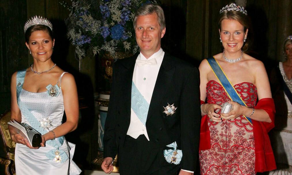 INNRØMMER: Belgias tidligere konge, Albert II, innrømmer at han er faren til Delphine Boël. Det betyr at hans sønn, nåværende kong Philippe (midten), har fått en «ny» halvsøster. Her med kronprinsesse Victoria og sin kone Mathilde i 2006. Foto: REX/ NTB scanpix