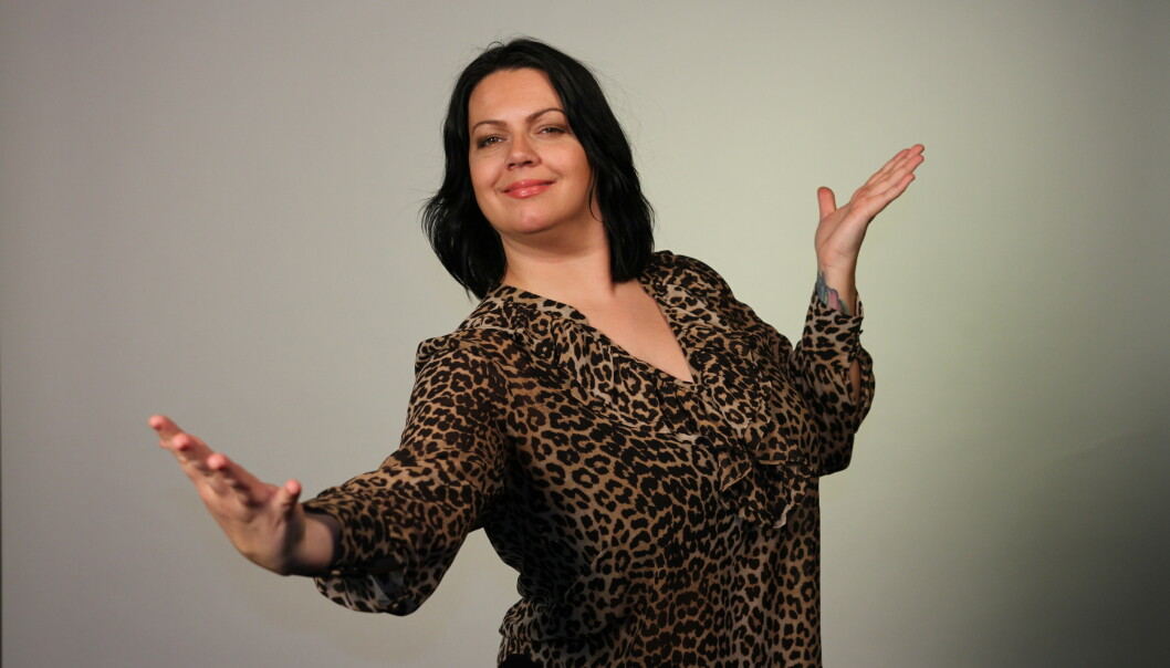 MIDTPUNKT: – Jeg stortrives som festens midtpunkt, men jeg har aldri sett på meg selv som en komiker, sier Veronica. FOTO: Ørjan Barrie Hennes