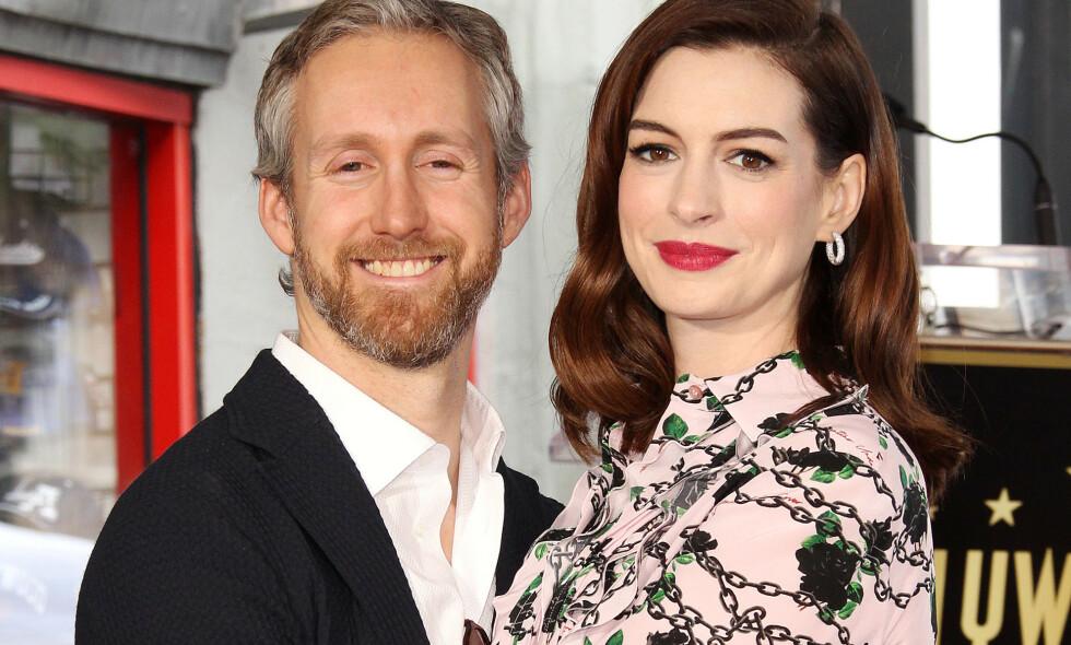 NYBAKTE FORELDRE: Anne Hathaway og Adam Shulman er stolte tobarnsforeldre. Foto: NTB Scanpix