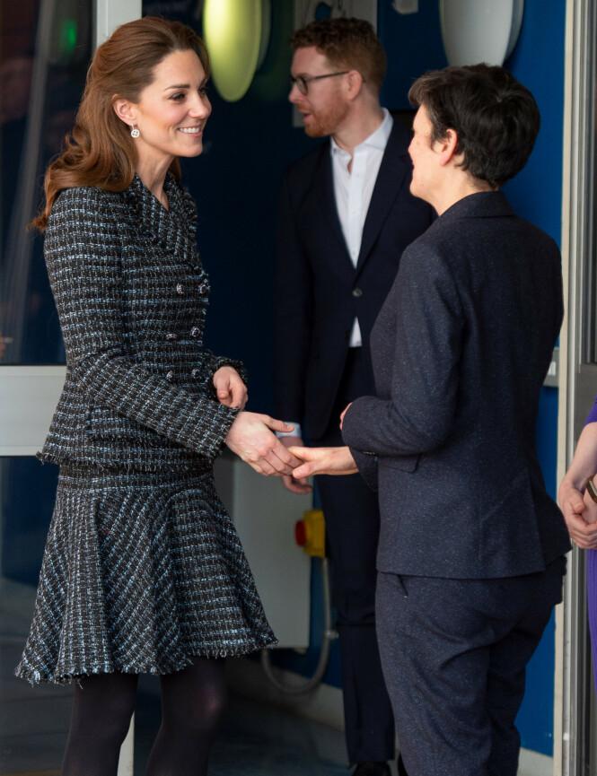 UTEN: Hertuginne Kate hadde ikke på seg forlovelsesringen da hun besøkte et barnesykehus på tirsdag. Foto: NTB scanpix