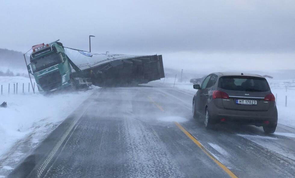 VELTET: Et utenlandsk vogntog veltet i mars i fjor på E6 på Dovre. Foto: Hanne Gulbrandsen Jakobsen / NTB scanpix
