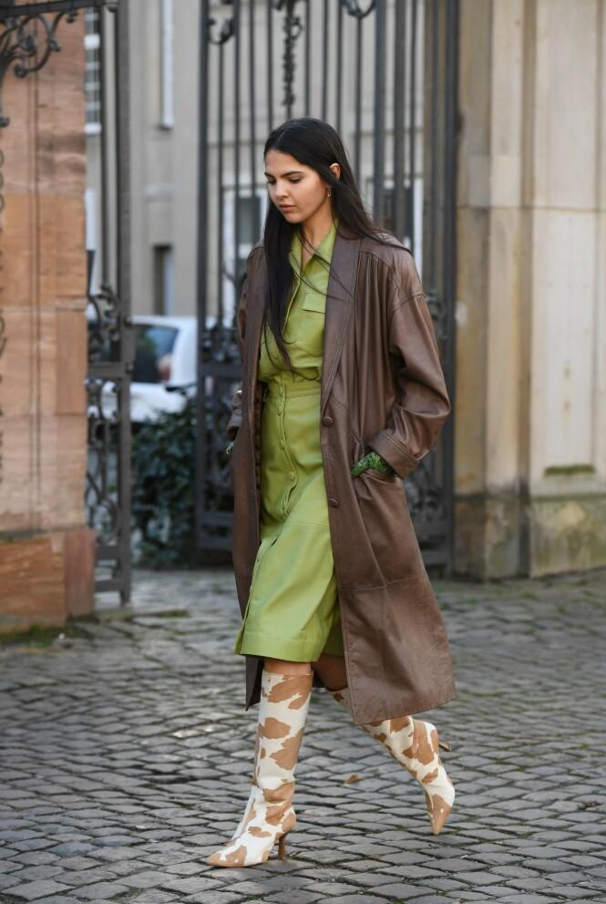 BRYT OPP: Brunt passer fint med grønt, men vi liker spesielt godt at hun har brutt opp antrekket med sko i et spennende mønster. Foto: NTB Scanpix