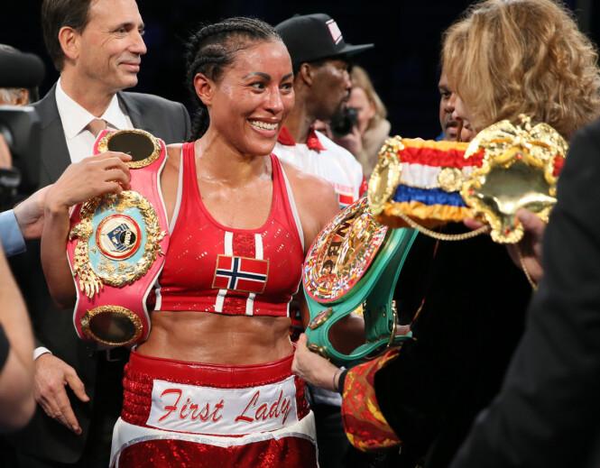 REGJERENDE: Cecilia Brækhus idet hun blir utropt til vinner i kampen mot Aleksandra Magdziak-Lopes. i 2020 venter karrierens kanskje viktigste kamp. FOTO: NTBScanpix