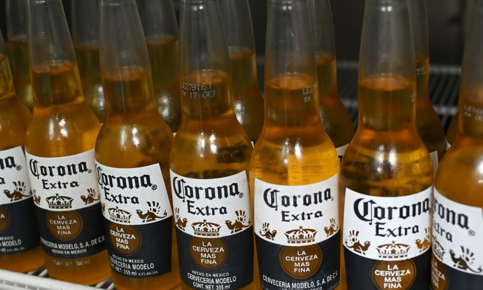 SVARTMALT: Navnelikheten til Coronaaviruset har skapt hodebry for selskapet bak ølmerket Corona. Nå rykker produsenten ut for å avklare situasjonen. Foto: NTB Scanpix