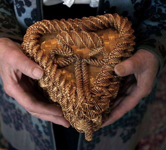 <strong>TAKK:</strong> Dette forseggjorte skrinet laget en serbisk fange av strå fra kornåkerne på Øysand. Han ga det til bestemor Klara Øie på fredsfesten i mai 1945. Foto: Hege Landrø Johnsen