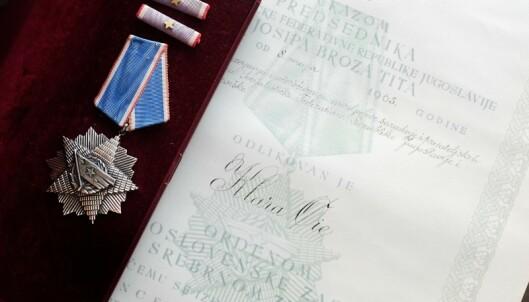 <strong>HELTINNE:</strong> Bestemoren Klara Øie fikk tildelt medalje og diplom av president Tito i 1965 for innsatsen hun gjorde for krigsfangene. Foto: Hege Landrø Johnsen