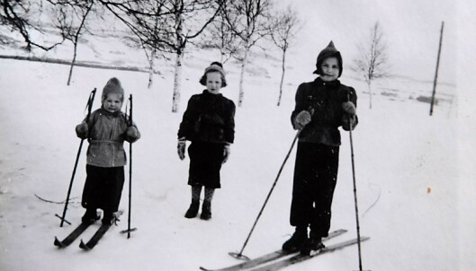 <strong>LEK PÅ SKI:</strong> – Barndommen føltes trygg, selv om det var krig, forteller Astri. Foto: Privat