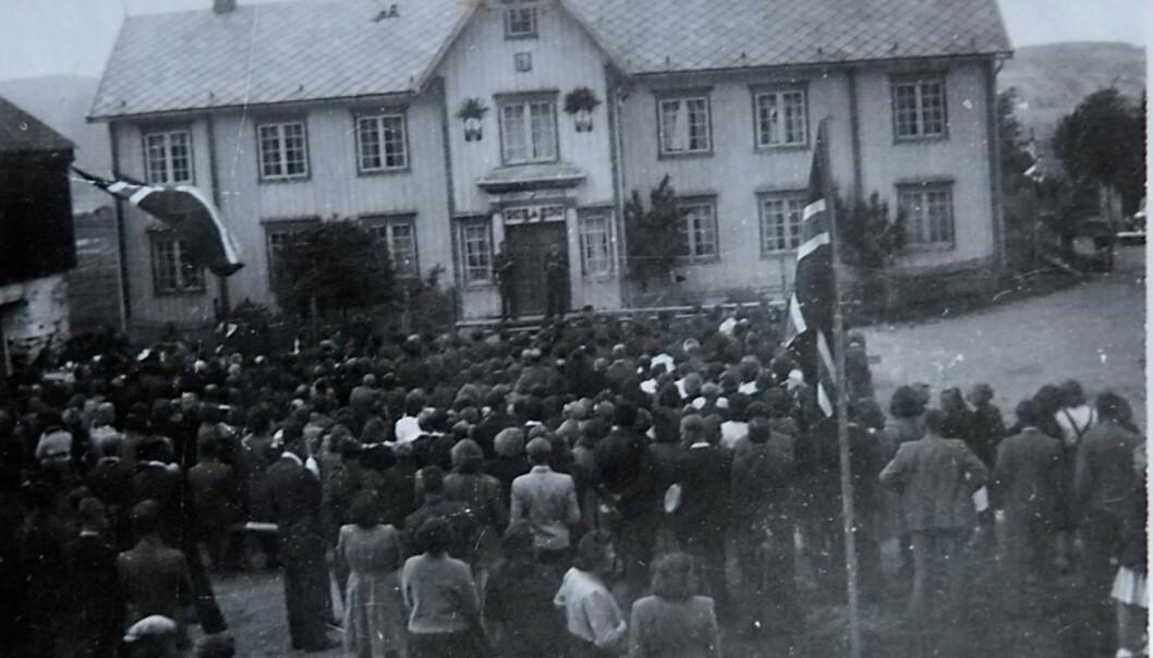<strong>FREDSFESTEN:</strong> – Da krigen tok slutt, var det stor feiring blant de serbiske krigsfangene på Øysand. Festen fant sted på Øie-Gaarden. Fangene spilte og sang, og bygda møtte opp. Rundt 1500 personer var til stede. Foto: Privat