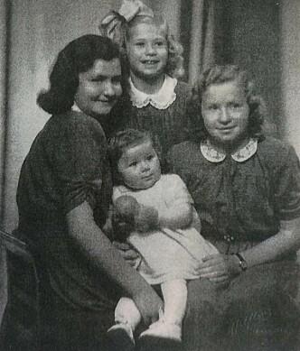 <strong>FIRE SØSTRE:</strong> Astri, Siri og Kari. Foran: Oddrun, som ble født i 1947. Foto: Privat