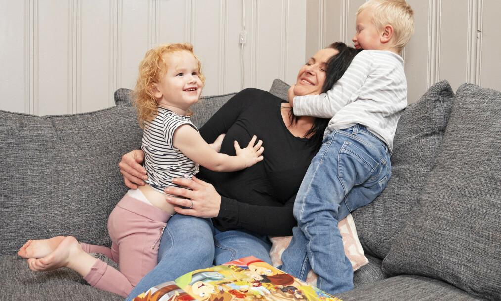 BARNA BETYR ALT: Småbarnsmamma May Kristin koser seg med Mille (3) og Emil (4), men frykter at formen blir verre om hun ikke får behandling. Foto: Espen Solli/ Se og Hør