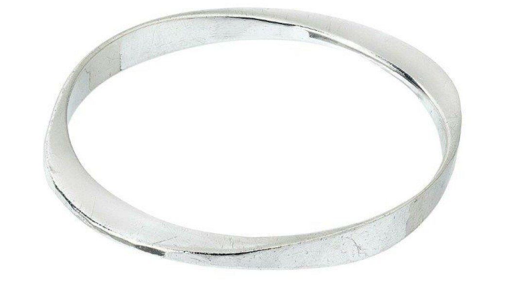 Armbåndet Smidd laget av Tone Vigeland er formgitt i 1958. Før jul 2019 ble et slikt armbånd solgt for 3600 kroner ved auksjonshuset Blomqvist. Foto: Blomqvist
