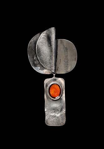Tone Vigelands brosje i sølv og emalje fra Modell-serien ble det kun laget 15 stykker av. Estimert verdi ligger på mellom 6000 og 12 000 kroner. Foto: matslinder.no