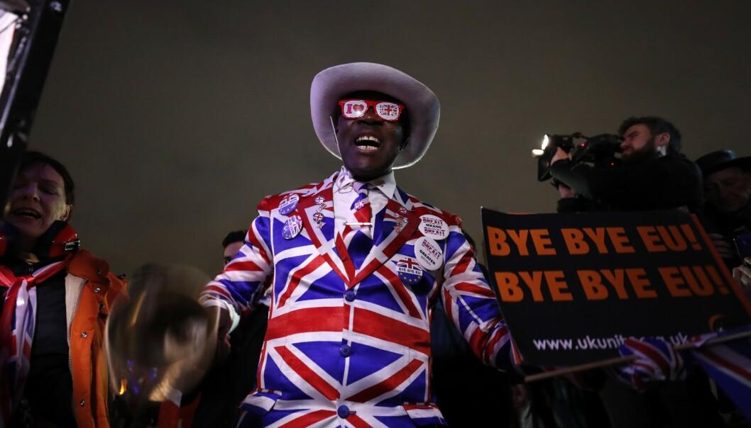 Ingen tvil om hvor sympatien ligger hos denne mannen, som kledd seg i «union jack» for fredagens brexitfeiring. Foto: Frank Augstein / AP / NTB scanpix